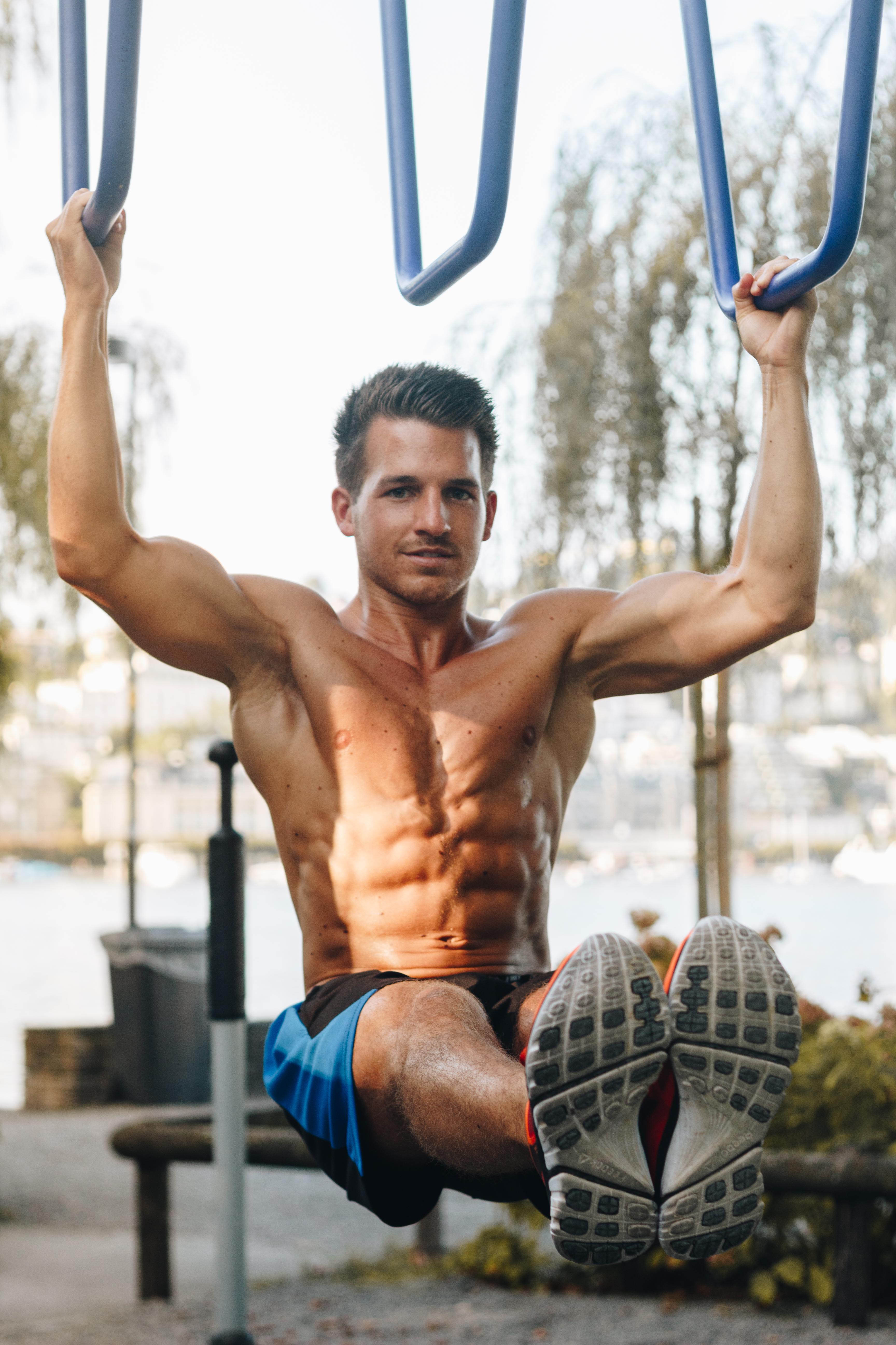 Eine gute Übung mit dem eigenen Körpergewicht für die Bauchmuskulatur: Hanging Leg Raises!