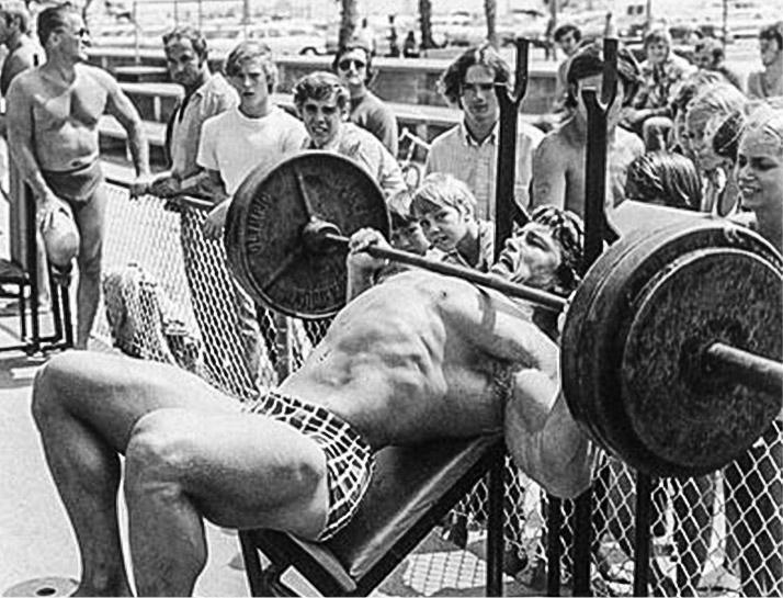 Arnold Schwarzenegger am Trainieren in der Muscle Beach in Kalifornien