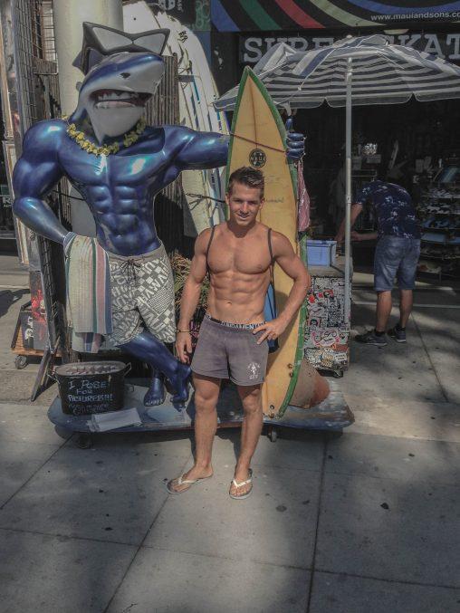 Martin Blättler posiert mit dem Gym Shark an der Venice Beach