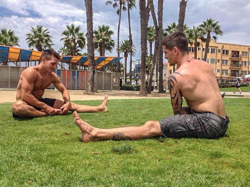 Yoga am Strand - eine ideale Möglichkeit, um sich mit Freunden auszutauschen